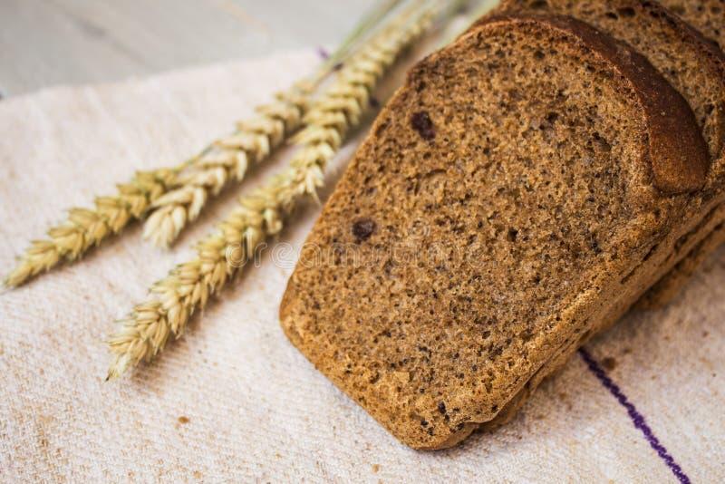 Domowej roboty chleb i banatka na lekkim drewnianym tle fotografia royalty free