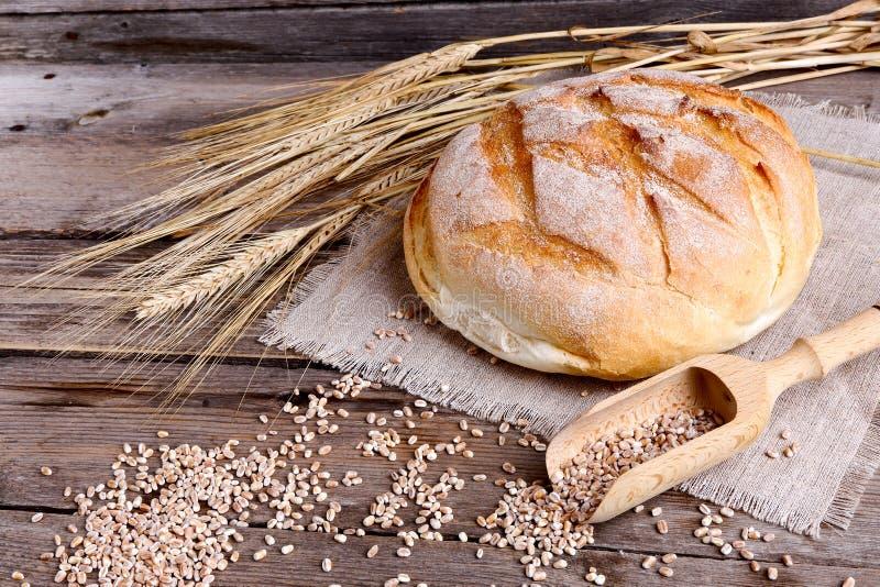 Domowej roboty chleb i dojrzali ucho banatka na drewnianym tle obraz royalty free