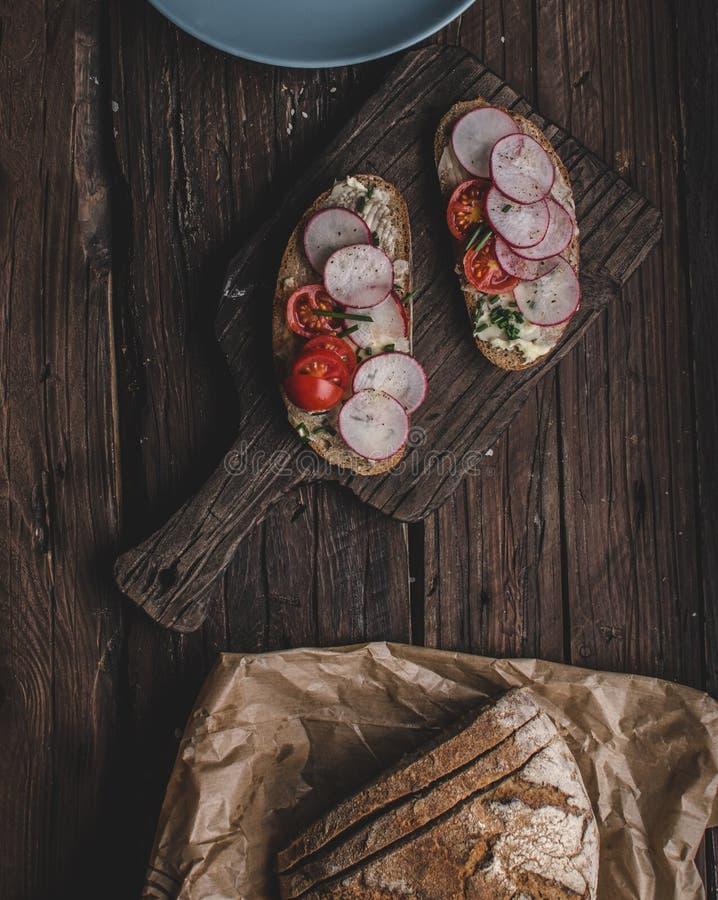 Domowej roboty chleb z świeżym creame, ziele i rzodkwiami, obrazy stock