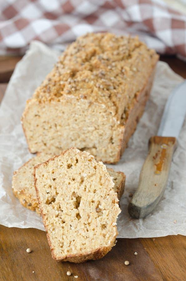 Domowej roboty chleb z otrębiastymi i kolendrowymi ziarnami obraz stock