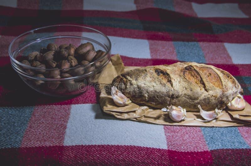 Domowej roboty chleba czosnek na koc i dokrętki zdjęcie royalty free