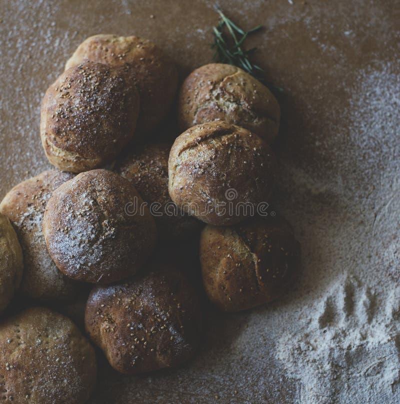 Domowej roboty chleby z mąką i sezamowymi ziarnami zdjęcie stock