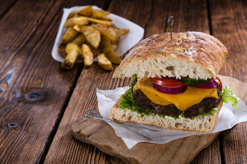 Domowej roboty Ciabatta wołowiny hamburger zdjęcie royalty free