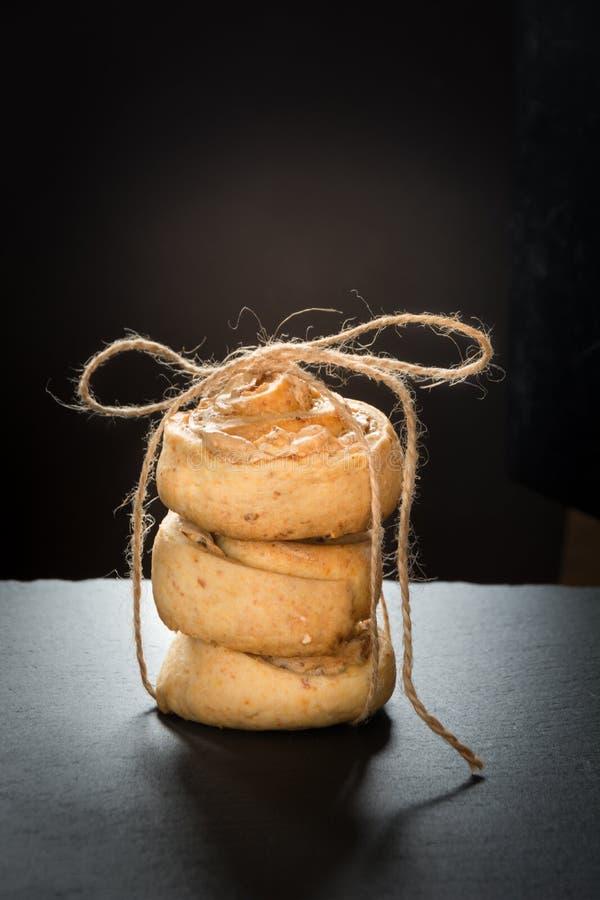 Domowej roboty ciastka od chałupa sera i bezy, wiążąca up dratwa z filiżanką kawy na czerń łupku naczyniu zdjęcia royalty free
