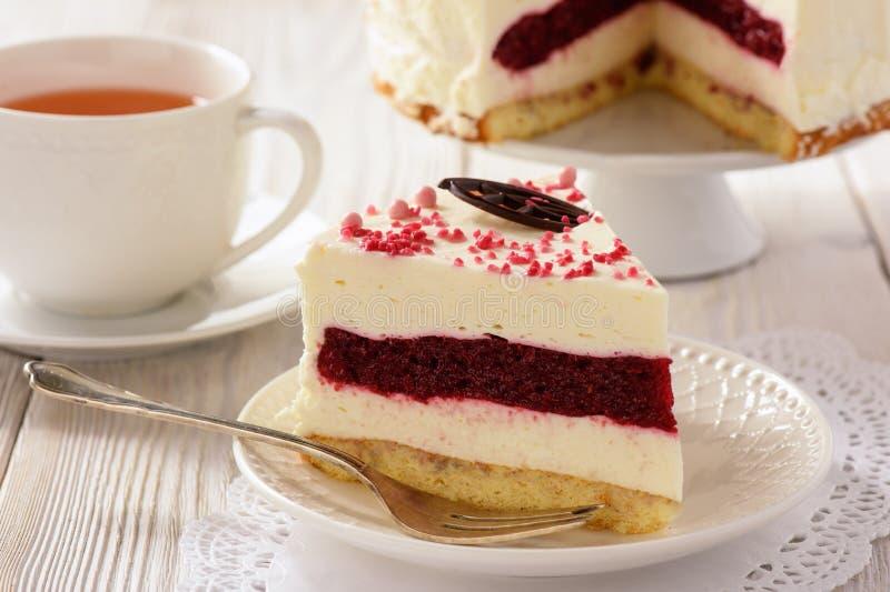 Domowej roboty ciastko tort z wiśni śmietanką i galaretą fotografia royalty free