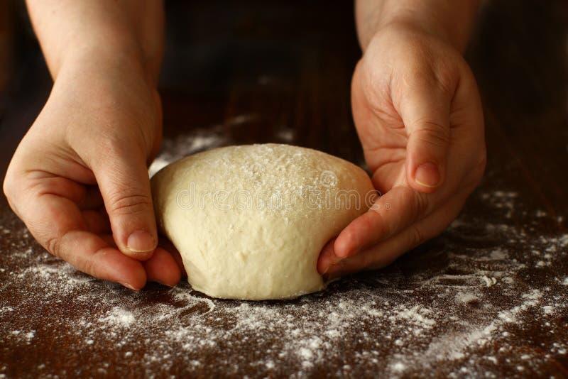 Domowej roboty ciasto Kształtuje na drewnianej desce zdjęcie stock