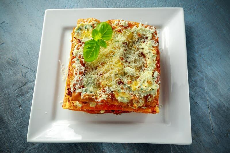 Domowej roboty Crispy lasagna w żelaznej niecce z minced wołowina kumberlandem, parmesan serem i basilem bolognese, obrazy stock