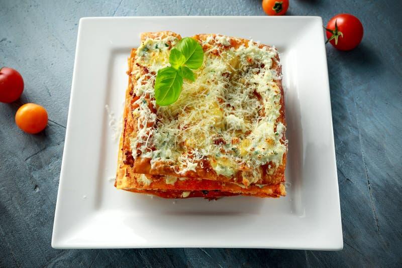 Domowej roboty Crispy lasagna w żelaznej niecce z minced wołowina kumberlandem, parmesan serem i basilem bolognese, obraz stock