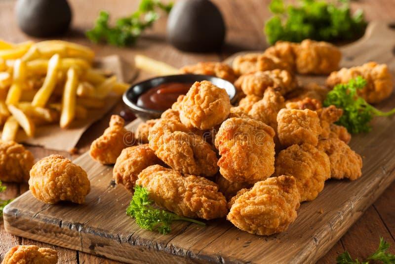 Domowej roboty Crispy popkornu kurczak zdjęcia stock