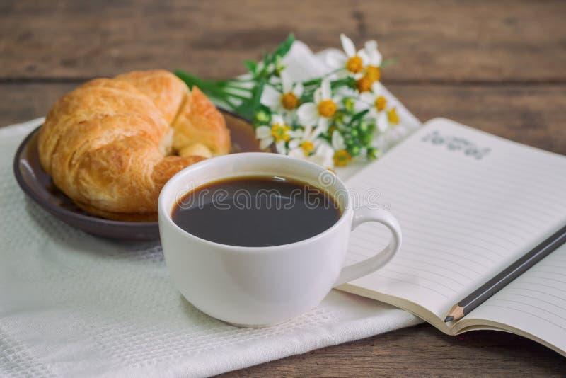 Domowej roboty croissant słuzyć z czarną kawą lub americano Delici zdjęcie stock