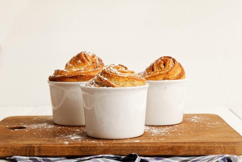 Domowej roboty cynamonowe rolki od drożdżowego ciasta fotografia royalty free