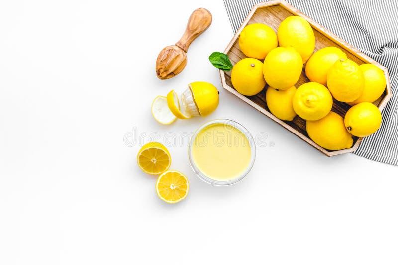 Domowej roboty cytryny curd kucharstwo na białym tło odgórnego widoku egzaminie próbnym up zdjęcia royalty free