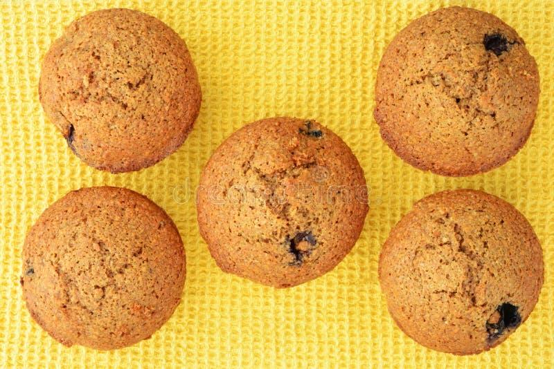 Domowej roboty czarnej jagody otrębiaści muffins obraz royalty free