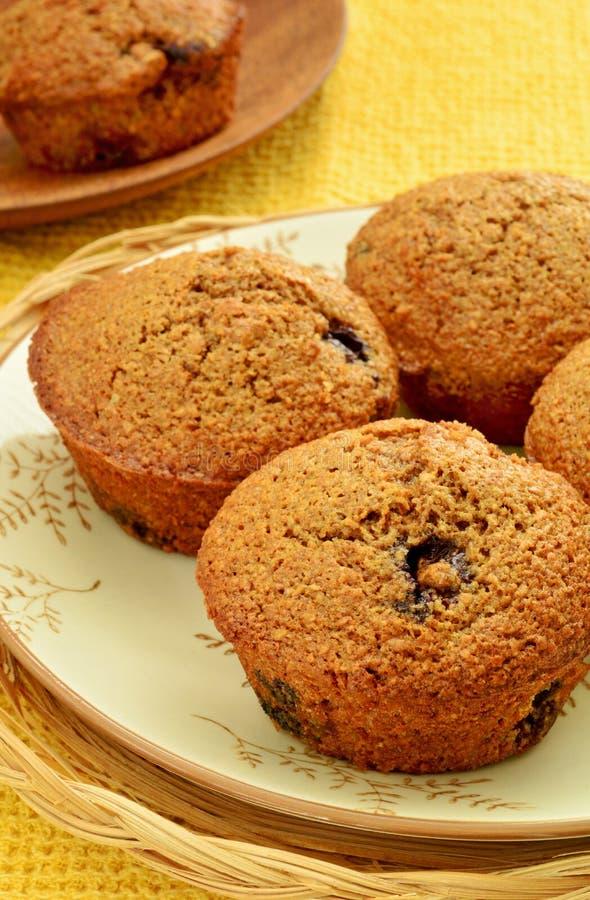Domowej roboty czarnej jagody otrębiaści muffins obraz stock