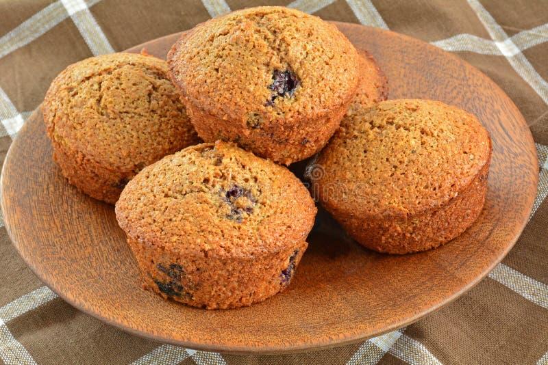 Domowej roboty czarnej jagody otrębiaści muffins obrazy royalty free
