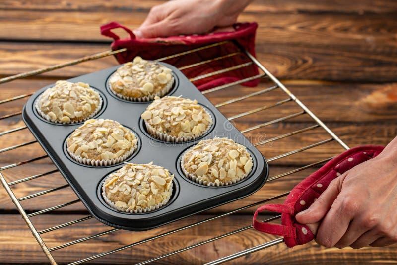 Domowej roboty czarnej jagody otrębiaści muffins z migdałem w bakeware obrazy royalty free