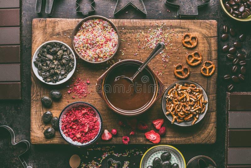 Domowej roboty czekoladowi bary robić Różnorodne polewy i flavorings składniki w pucharach z rozciekłą czekoladą zdjęcie stock