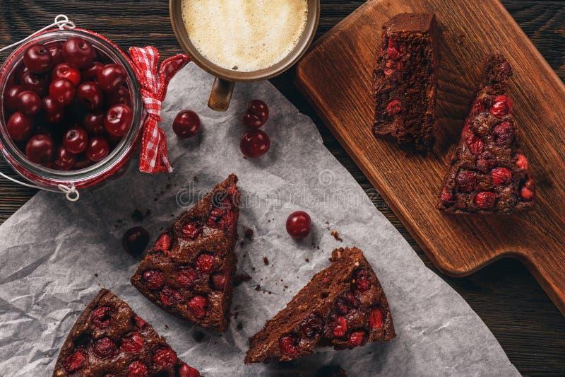 Domowej roboty czekoladowy czereśniowy kulebiak i filiżanka kawy zdjęcie stock