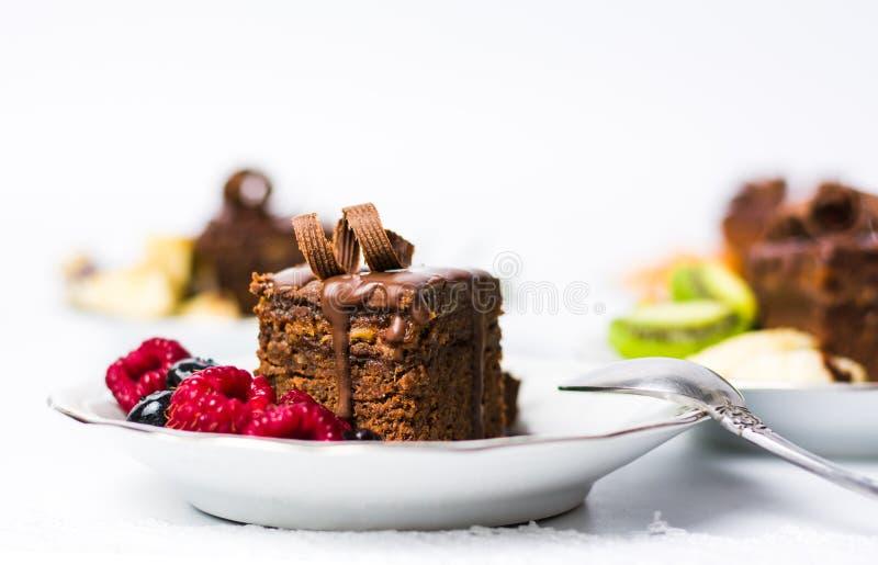 Domowej roboty Czekoladowy tort z malinowymi owoc obrazy royalty free