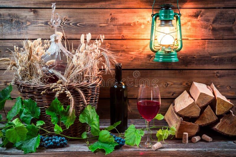 Domowej roboty czerwone wino przechujący w lochu fotografia stock