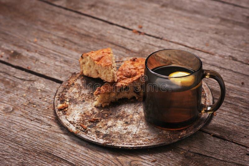 Domowej roboty dokrętka tort z cytryny herbatą drzewo obrazy stock