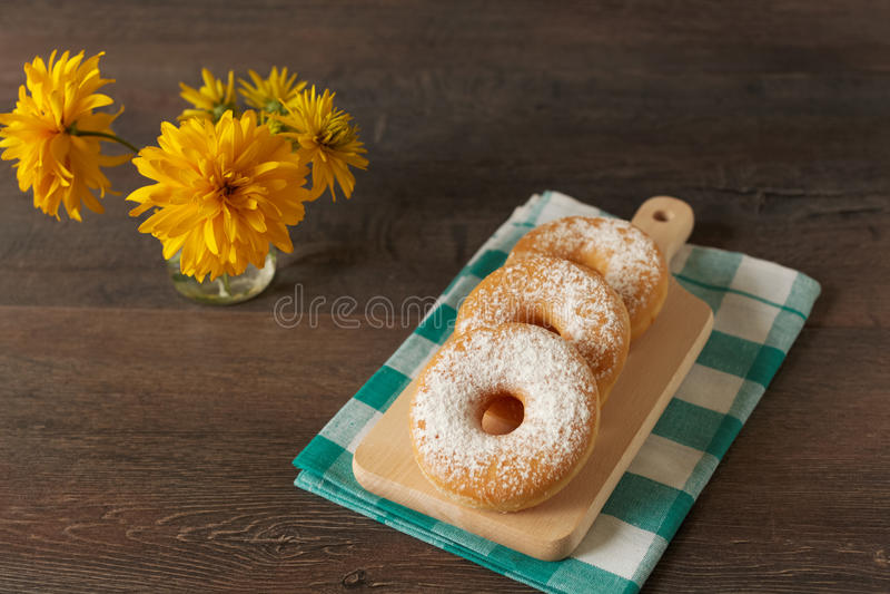 Domowej roboty donuts na nieociosanym zmroku stole fotografia royalty free