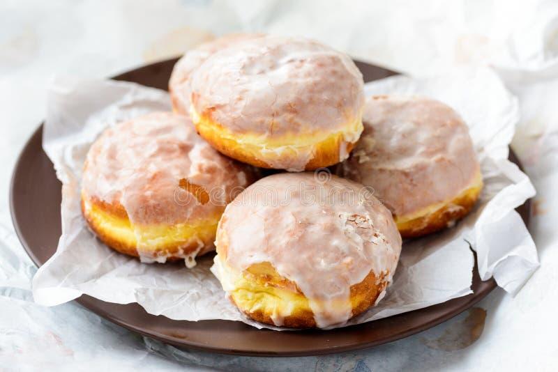 Domowej roboty donuts w białym pudełku obraz royalty free