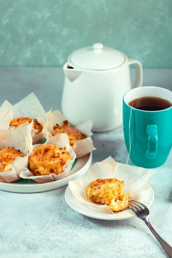 Domowej roboty dwoiści serowi muffins z feta i mozzarellą Smakowita łatwa kucharstwo przekąska zdjęcie royalty free
