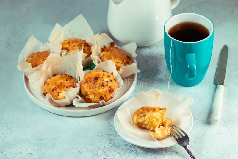 Domowej roboty dwoiści serowi muffins z feta i mozzarellą Smakowita łatwa kucharstwo przekąska zdjęcie stock