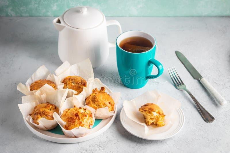 Domowej roboty dwoiści serowi muffins z feta i mozzarellą Smakowita łatwa kucharstwo przekąska obrazy stock