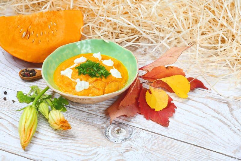 Domowej roboty dyniowy puree w pucharze Organicznie Pomarańczowy Dyniowy Puree składnik dla Piec zdjęcia stock