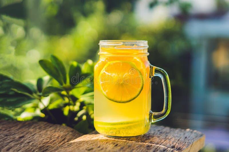 Domowej roboty Fermentujący Surowy Kombucha Herbaciany Przygotowywający napój Z pomarańcze i wapnem Lato obrazy stock