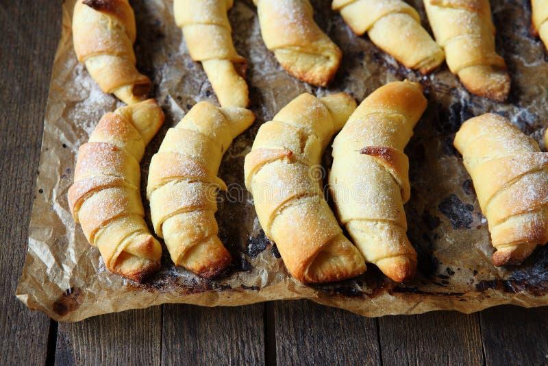Domowej roboty Francuscy croissants od ptysiowego ciasta zdjęcia stock
