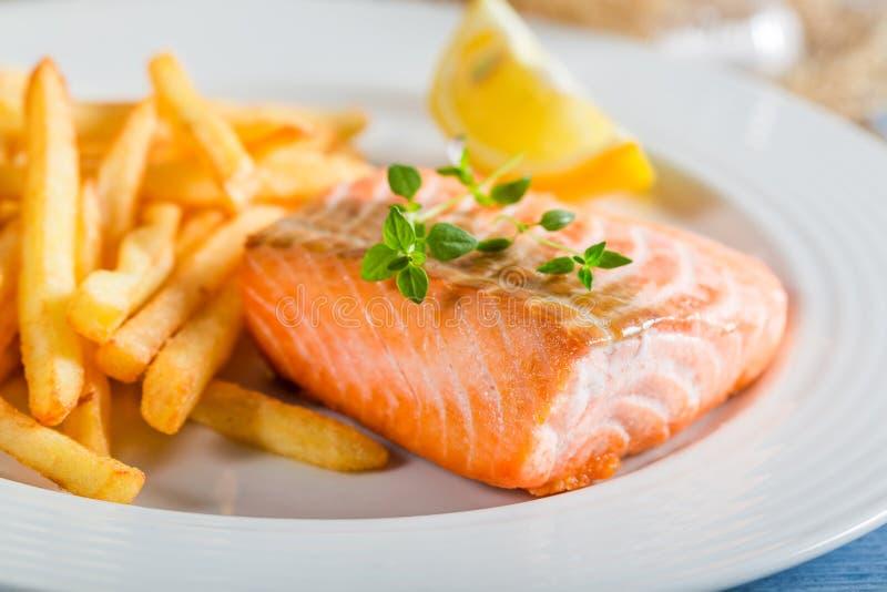 Domowej roboty francuz smaży z łososiem słuzyć na talerzu obraz stock