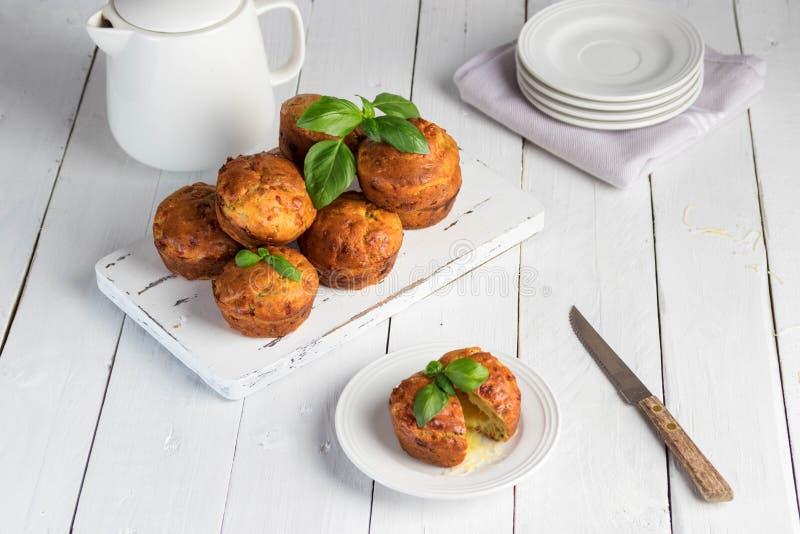 Domowej roboty freefly piec dwoiści serowi muffins z basilic na białej drewnianej desce Zdrowy przekąski lub śniadania posiłek zdjęcia royalty free