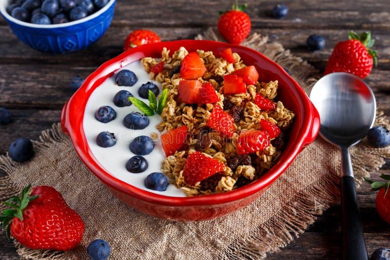 Domowej roboty granola śniadanie z jogurtu i świeżej owoc jagodami pojęć zdrowie jedzenie zdjęcia royalty free