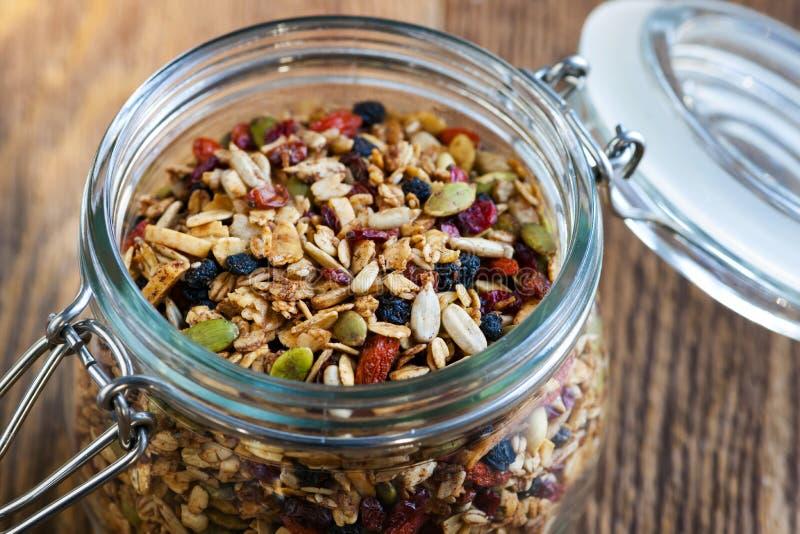 Domowej roboty granola w otwartym szklanym słoju fotografia royalty free