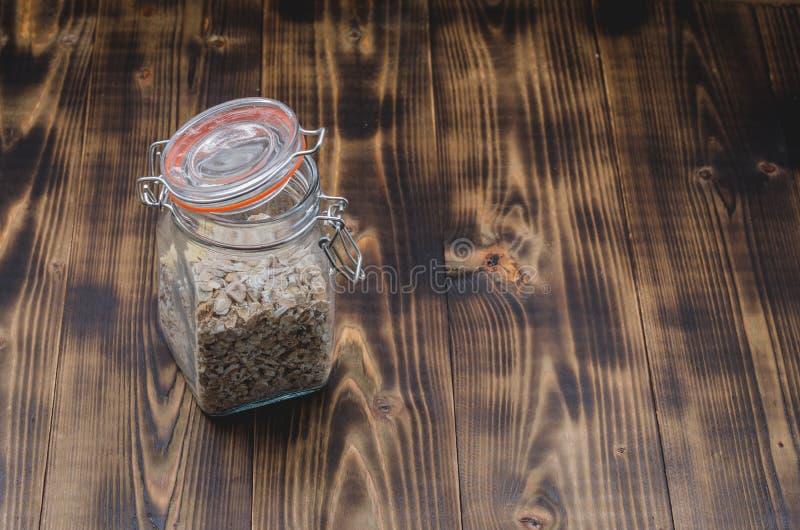 Domowej roboty granola w otwartym szklanym słoju na drewnianym stole Copyspace zdjęcie royalty free