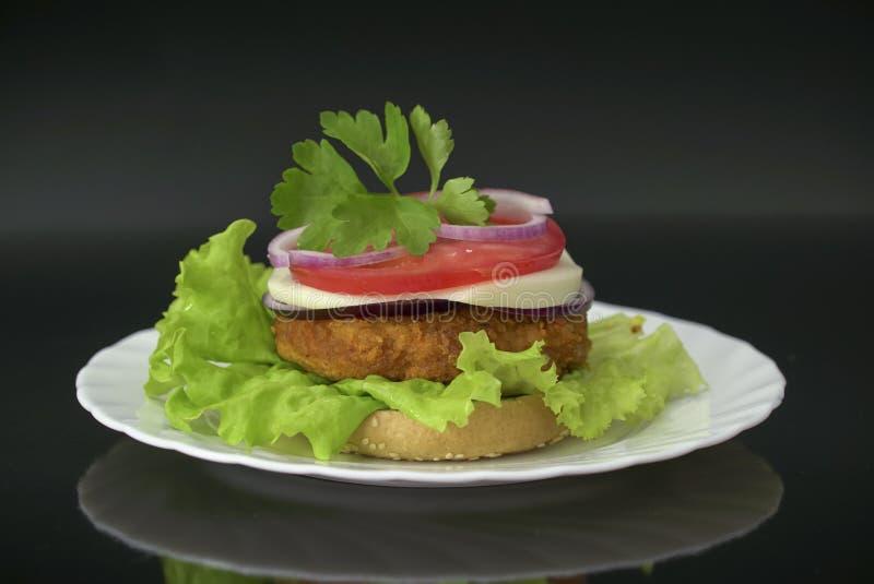 Domowej roboty hamburger z świeżych warzyw, sera i kurczaka cutlet, zdjęcia royalty free