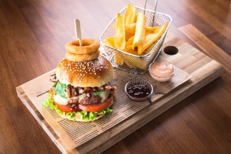 Domowej roboty hamburger z francuskimi dłoniakami fotografia royalty free
