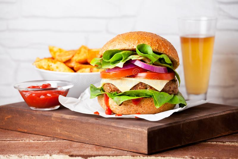 Domowej roboty hamburger Z grulami obraz stock