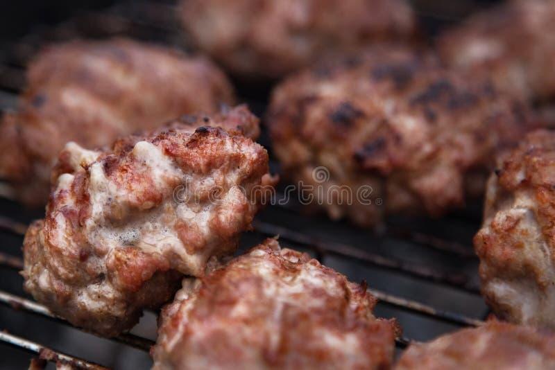 Domowej roboty hamburgery Grillów klopsiki Grilla grilla przyjęcie zdjęcia stock