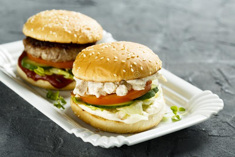 Domowej roboty hamburgery na białym talerzu obrazy royalty free