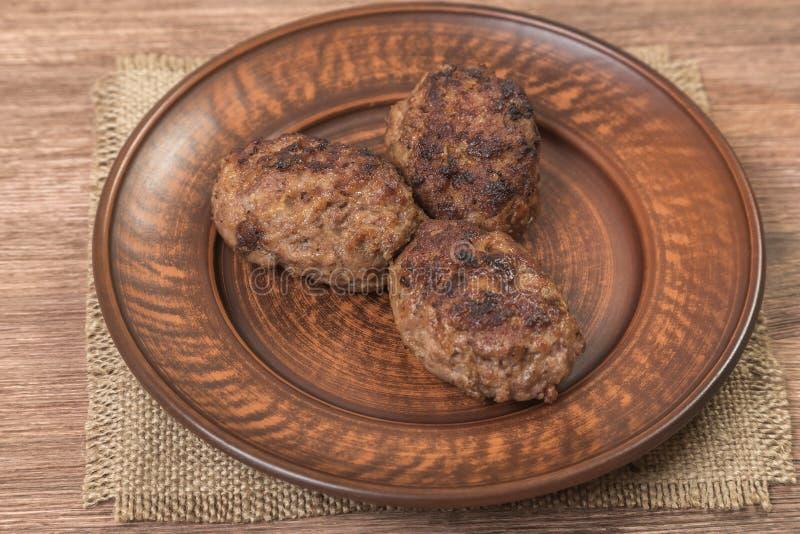 Domowej roboty hamburgery na ceramicznym talerzu brąz obraz royalty free