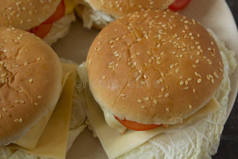 Domowej roboty hamburgery na półkowym odgórnym widoku zamykają w górę zdjęcia stock