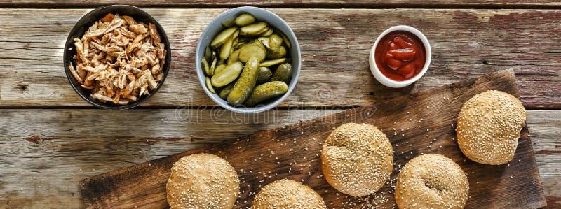 Domowej roboty domowej roboty hamburgery Odgórny widok, zbliżenie Wieśniaka styl zdjęcia stock
