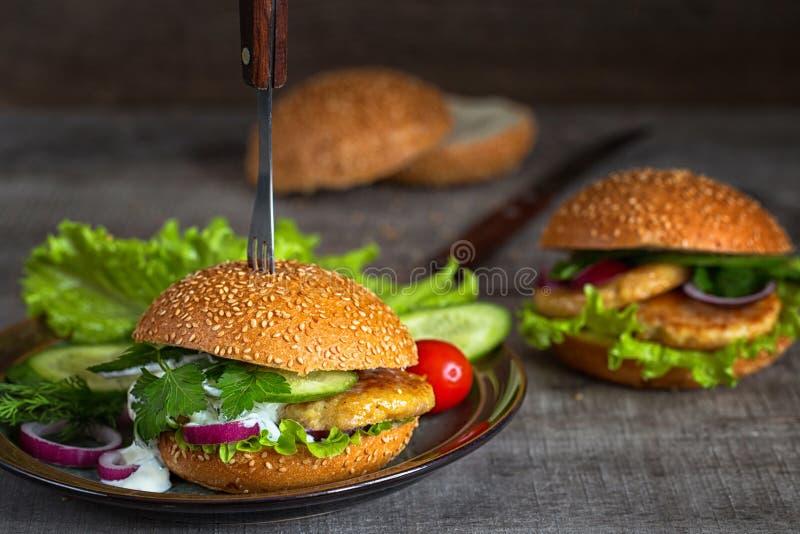 Domowej roboty hamburgery z świeżymi warzywami fotografia stock