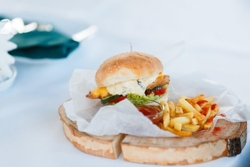 Domowej roboty hamburgery z Sma??cym Pomidorowym kumberlandem i grulami fotografia stock