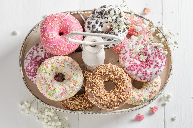 Domowej roboty i smakowici donuts z różnorodnymi typami polewy obraz stock