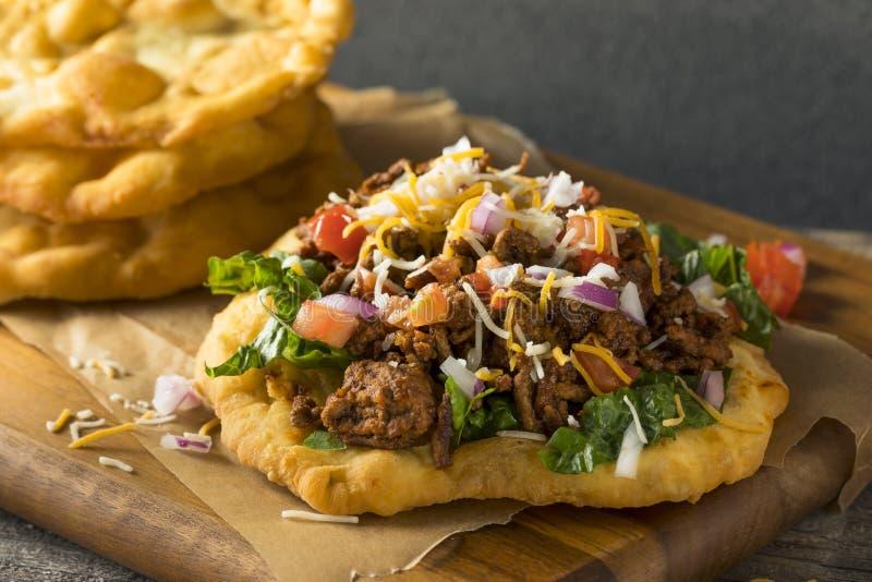 Domowej roboty Indiański dłoniaka chleba Tacos obrazy stock